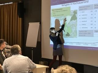 Hannah Kath hält einen Vortrag über die Flüchtlingssituation im Hochsauerland