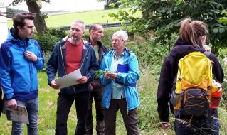 Führung über den mit nagelneuen Geschichtstafeln versehenen Ringwallweg in der Schwalenburg